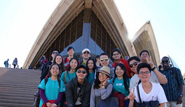 Macquarie orientation buddies show international students Sydney